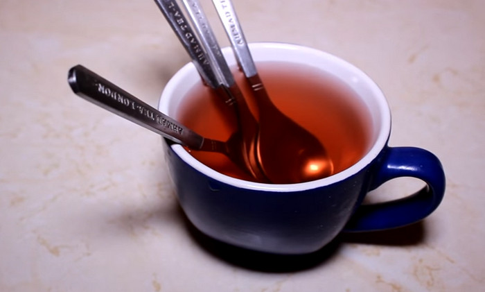 кружка с 5 ложками и чаем