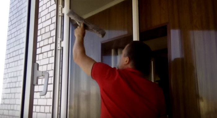 человек моет окно