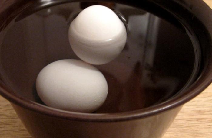 варить яйца с солью