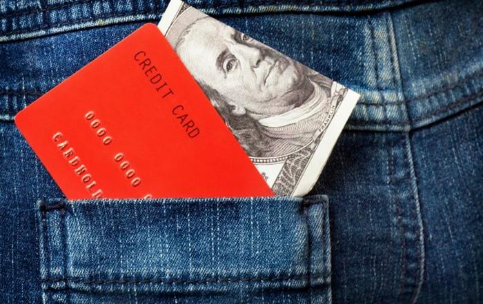 наличные деньги и банковская карточка
