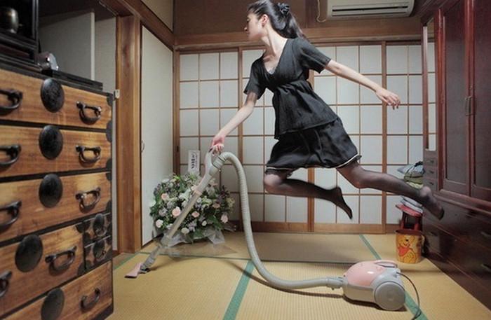 девушка пылесосит комнату