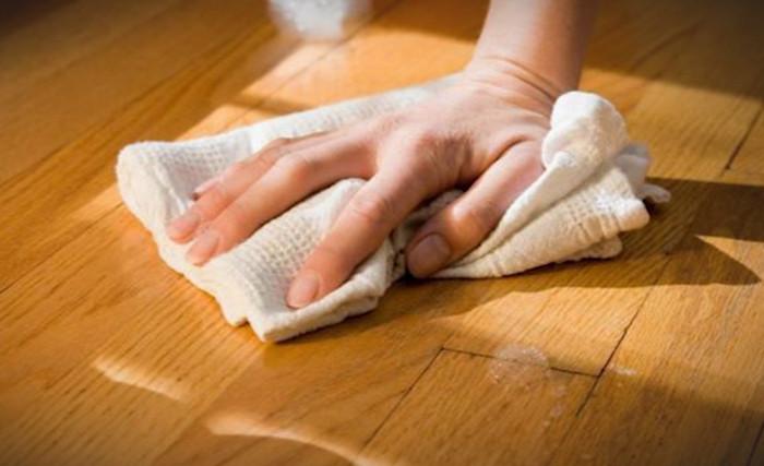 полировка деревянного пола тряпкой