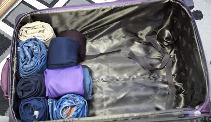 вещи в чемодане сложены валиками