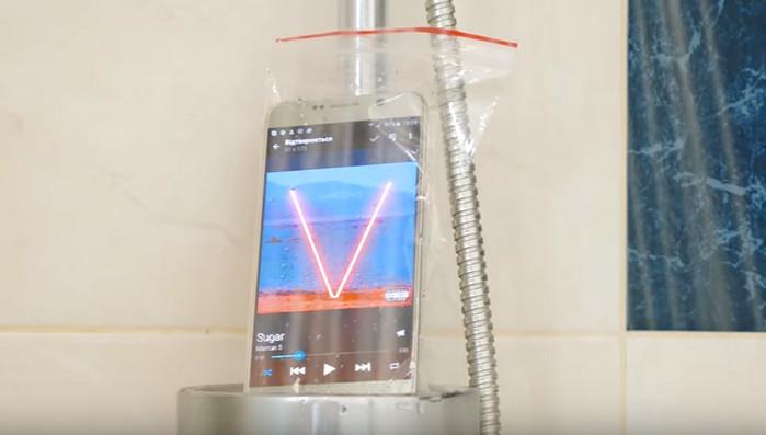 смартфон в душе