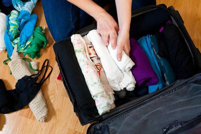 одежда в чемодане валиками
