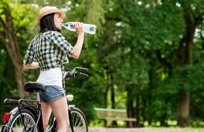 велосипедист пьет воду