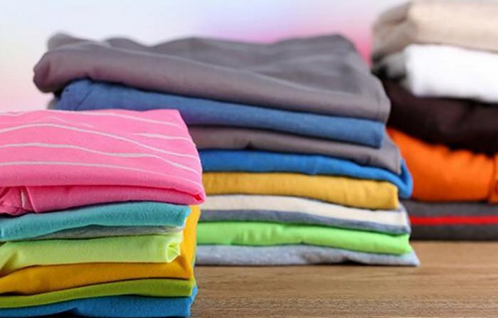аккуратно сложенная одежда в шкафу