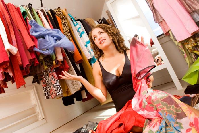 много одежды в шкафу