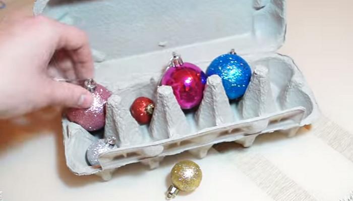 новогодние игрушки в кейсе от яиц