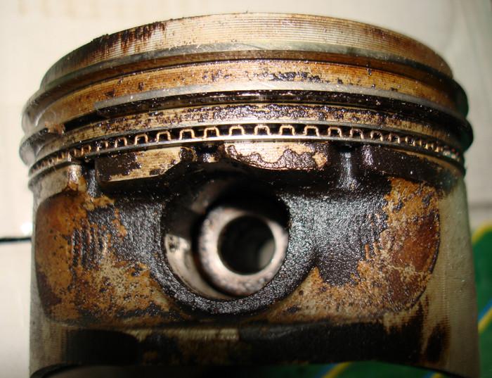 изношенное поршневое кольцо