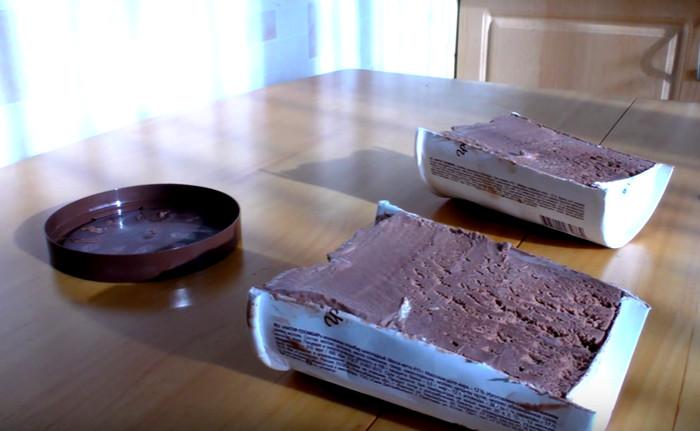 ведерко с мороженым разрезано надвое