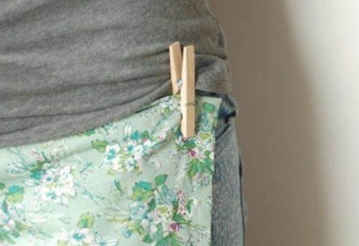 прищепленное к одежде в виде фартука полотенце