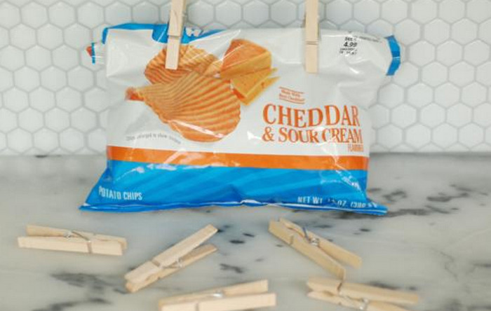 защепленный край пакета с чипсами