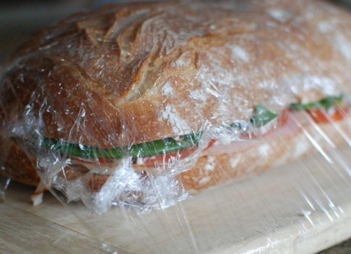 бутерброд в пищевой пленке