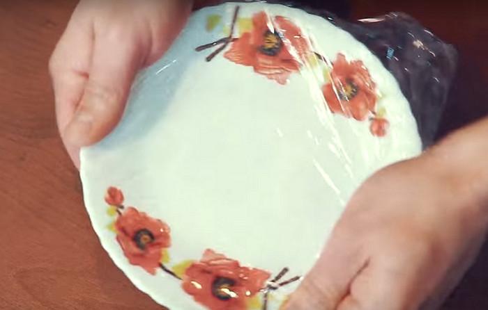 тарелка обернута пищевой пленкой