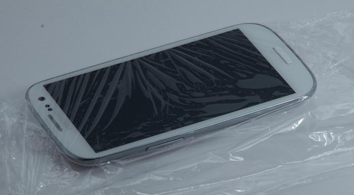 смартфон завернут в пищевую пленку