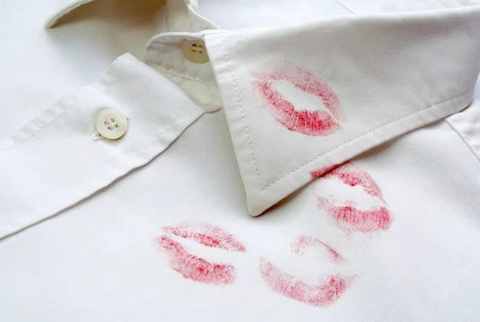 губная помада на рубашке