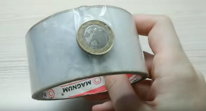конец скотча обозначен монеткой