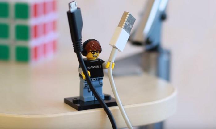 фигурка лего держит usb-провода