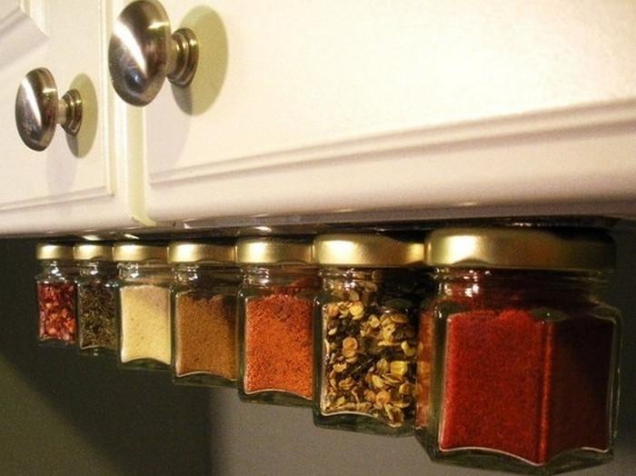 специи на нижней панели навесного шкафчика