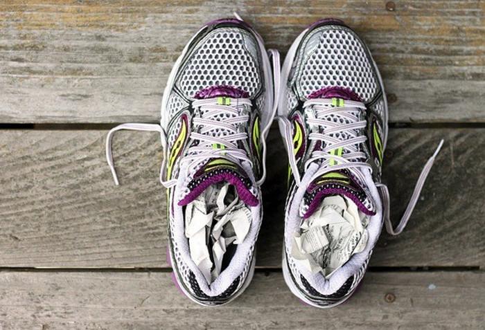 набитая газетами обувь