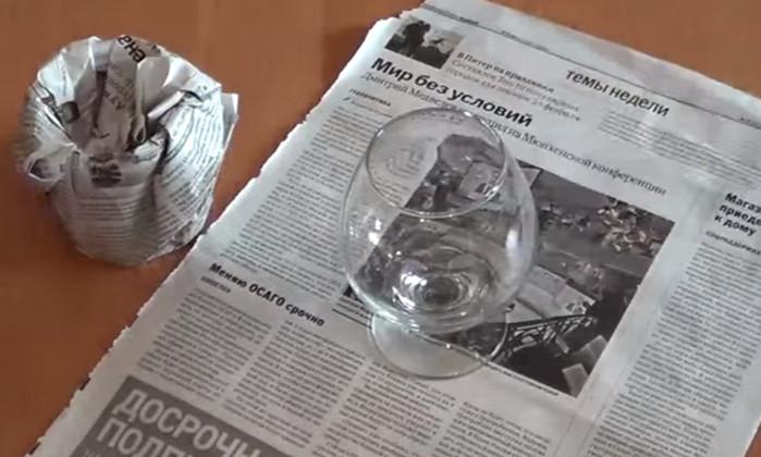 упакованный в газету стеклянный стакан