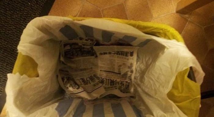 застеленное газетой дно мусорного пакета