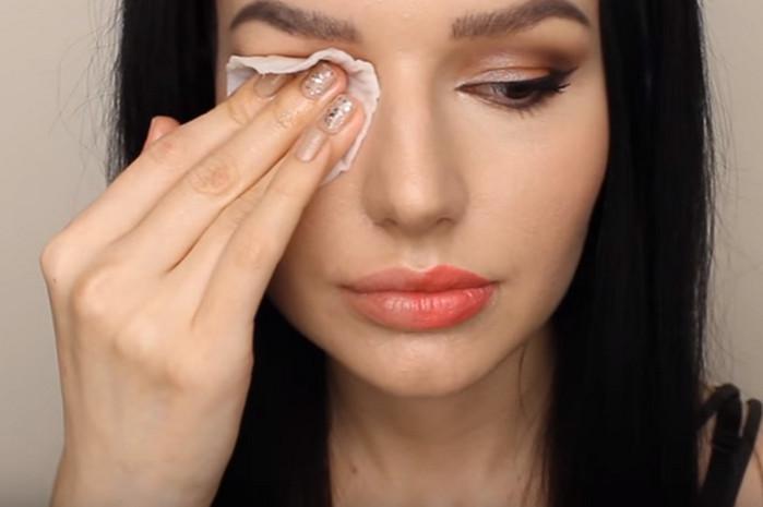 девушка удаляет макияж ватным диском
