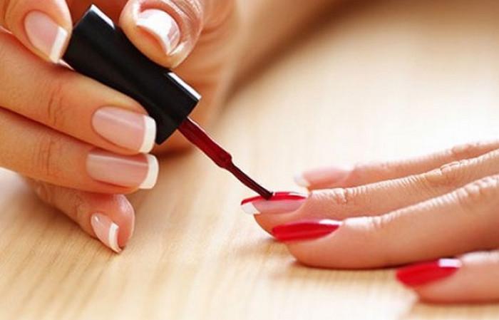 девушка красит ногти