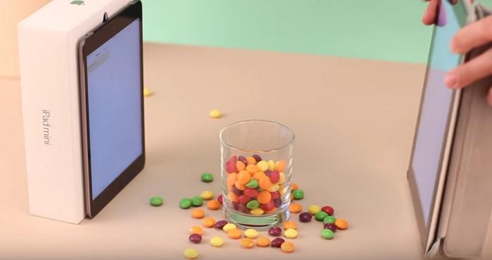 стакан между двумя планшетами с белыми экранами