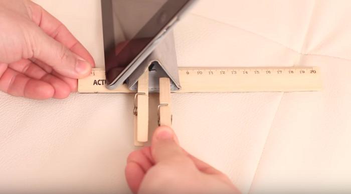 треугольник чехла планшета укреплен линейкой и прищепками для опоры