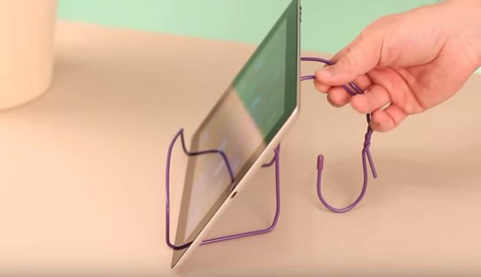 подставка для планшета из металлических плечиков