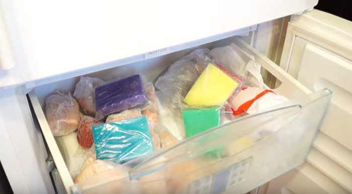 губки для мытья посуды в морозильной камере