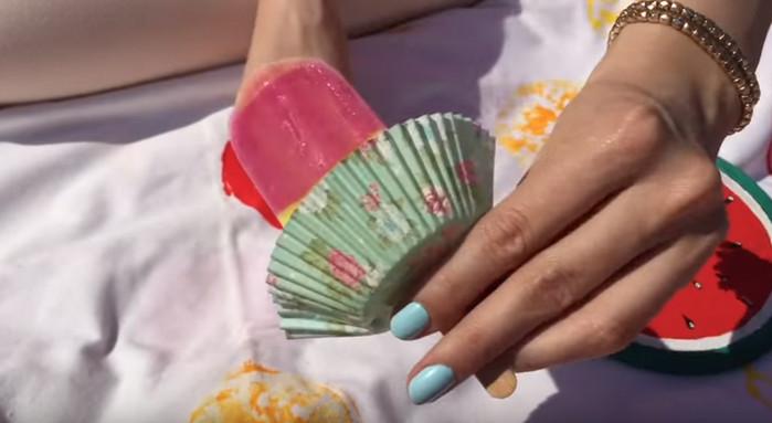 мороженое в бумажной формочке для кексов
