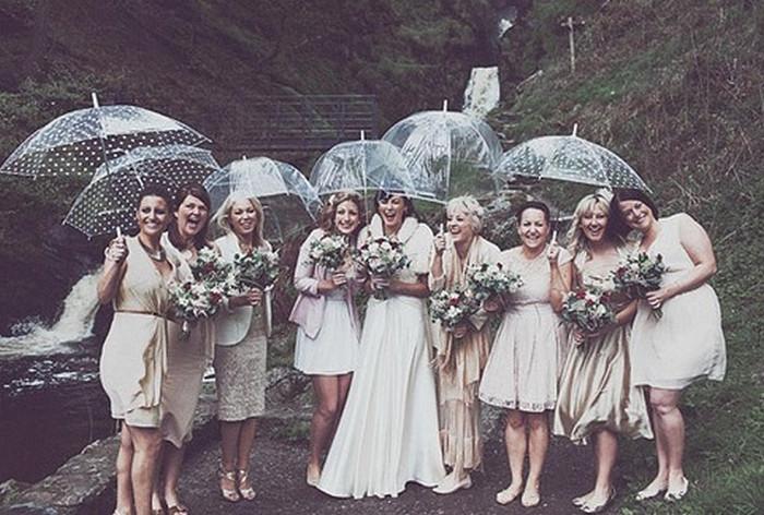 гости на свадьбе под зонтиками