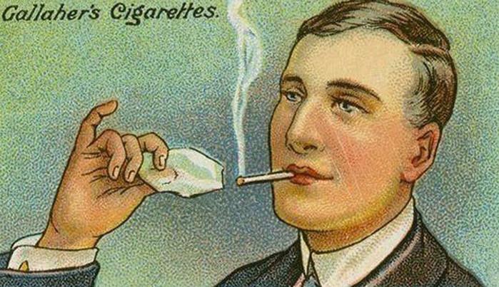 человек зажигает сигарету льдом