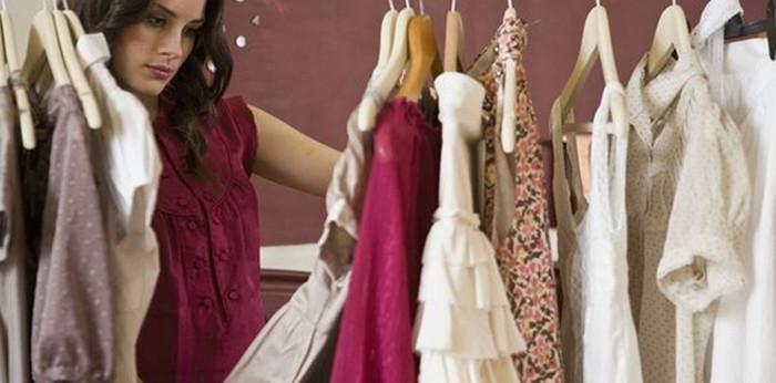 девушка выбирает одежду в шкафу