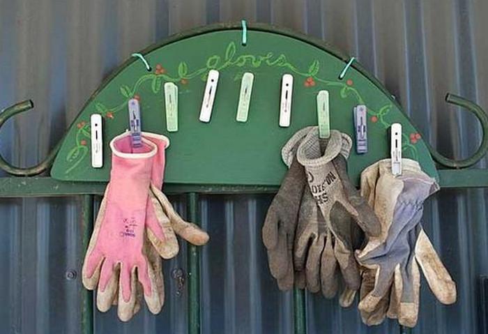 дачные перчатки на доске с прищепками