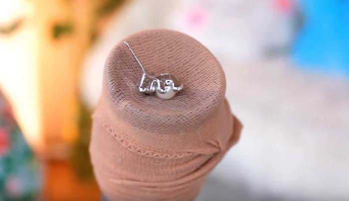 труба пылесоса в капроновом носке