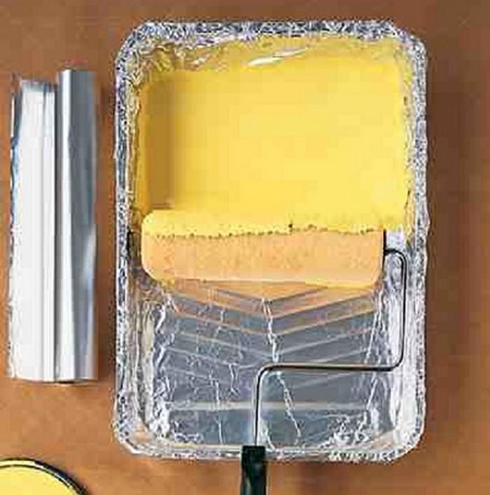 застеленный фольгой лоток для краски