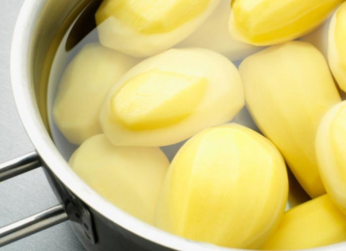 на плите варится картофель