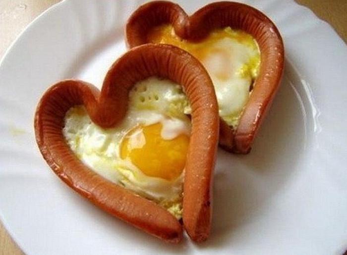 яйца в ободке-сердце из сосисок