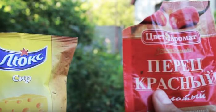 упаковка с чипсами и чили перец