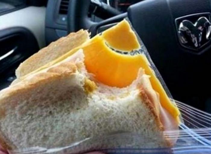 сендвич с завернутым в целлофан сыром