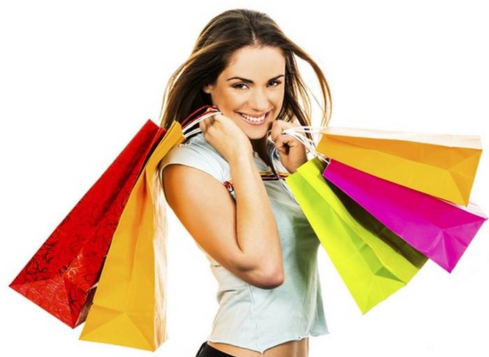 счастливая после шопинга девушка