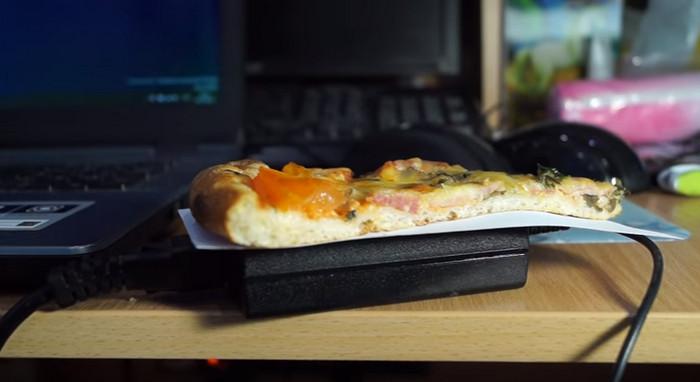 пицца греется на блоке питания