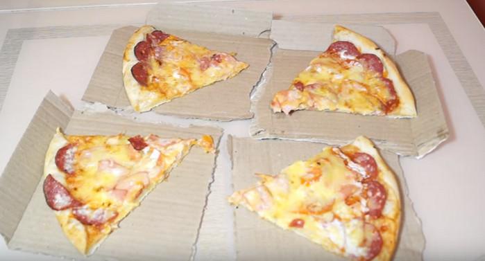 кусочки пиццы на картонных тарелках из упаковки