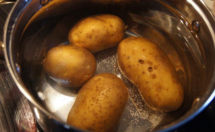 картошка в мундире в кастрюле
