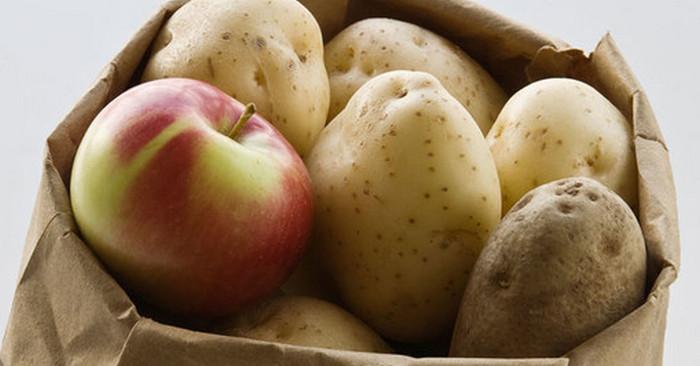 картошка и яблоки в мешке