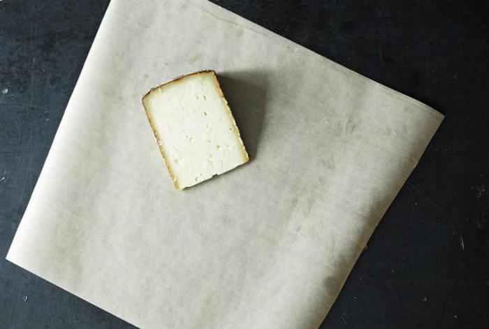 сыр в пергаментной бумаге
